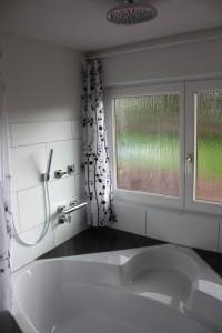 Badezimmer - Badewanne mit Dusche